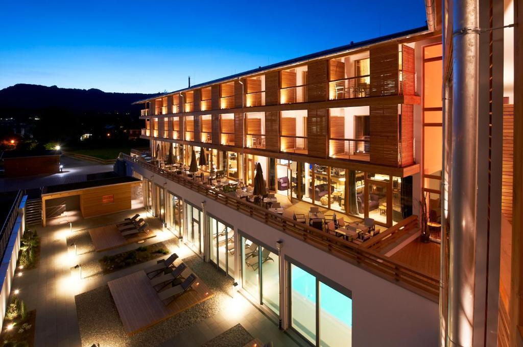 Ein Blick auf den Pool von der Unterkunft Hotel Exquisit oder aus der Nähe