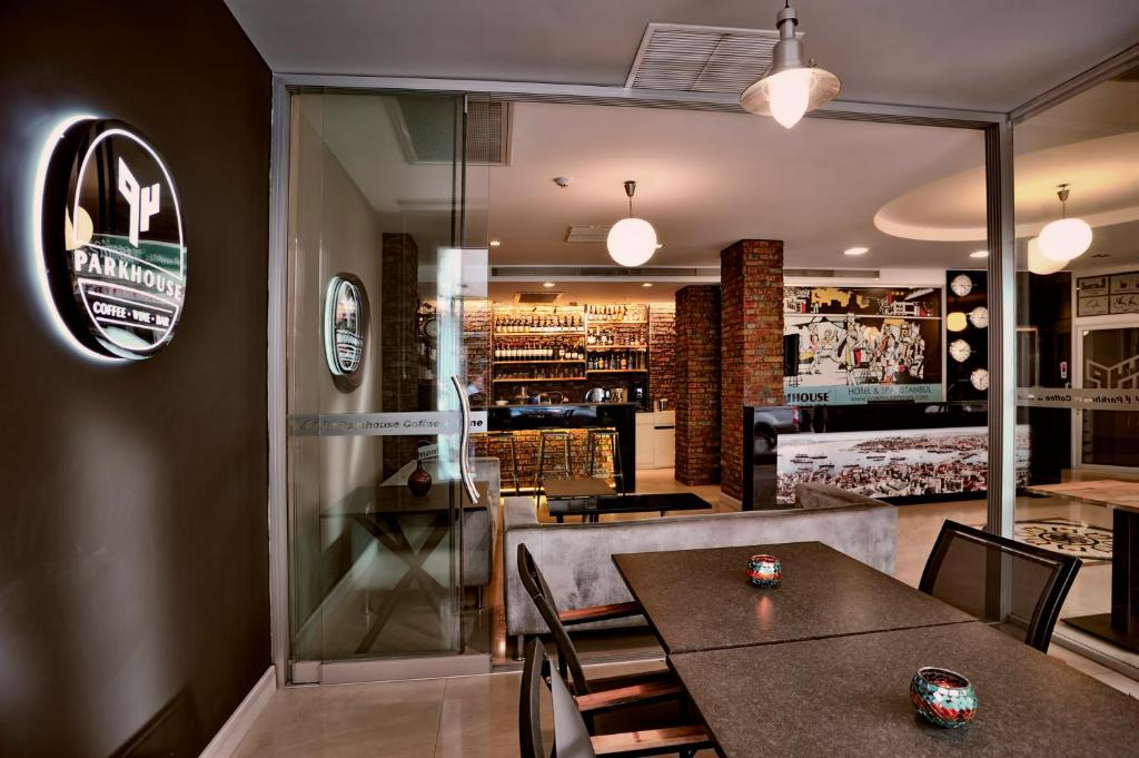 The lounge or bar area at Parkhouse Hotel & Spa