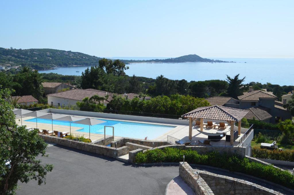 Vue sur la piscine de l'établissement Hôtel & Résidence Kallisté Porticcio ou sur une piscine à proximité