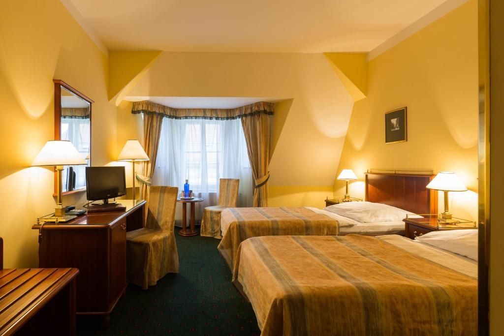 سرير أو أسرّة في غرفة في فندق ويليام