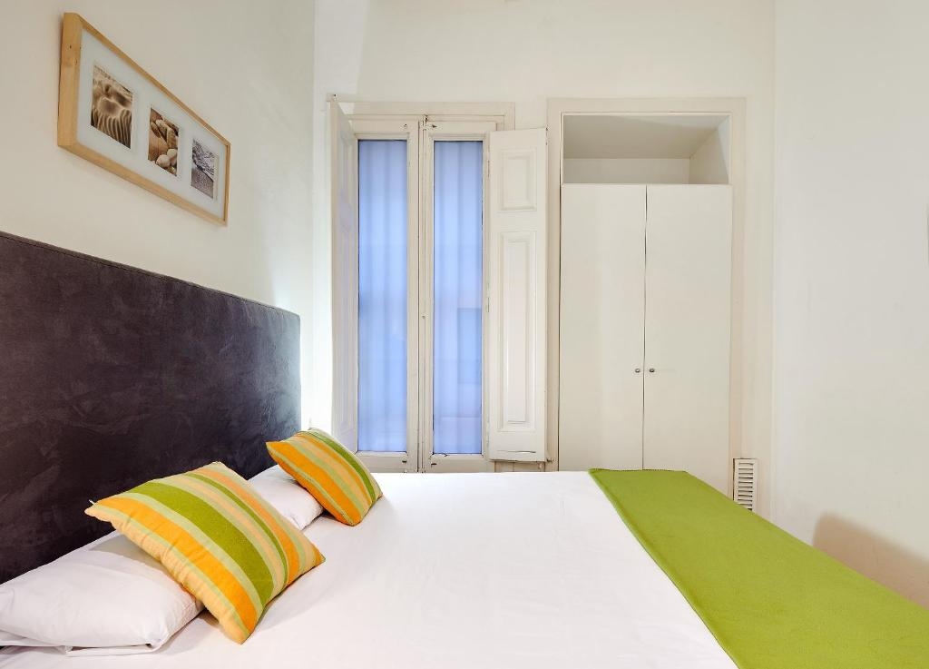 A bed or beds in a room at Mayerling Schumann Barcelona