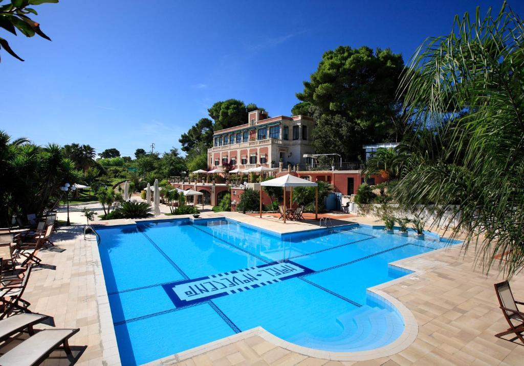 בריכת השחייה שנמצאת ב-Hotel Park Novecento Resort או באזור
