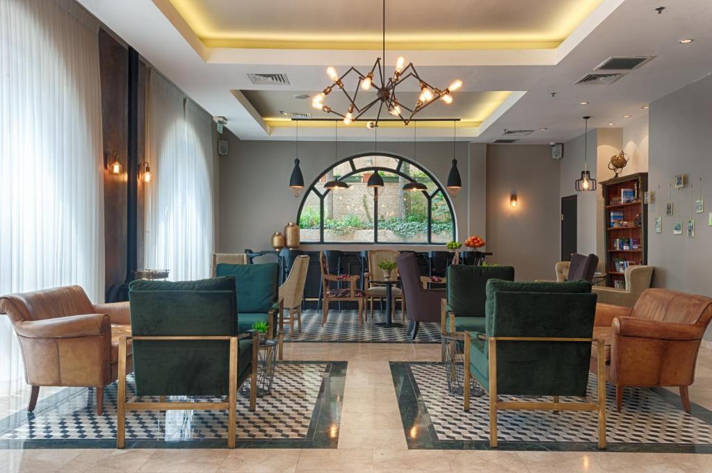 Ein Sitzbereich in der Unterkunft Eldan Hotel