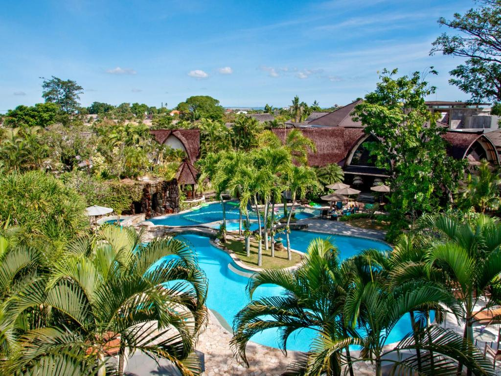 A view of the pool at Hotel Vila Lumbung or nearby