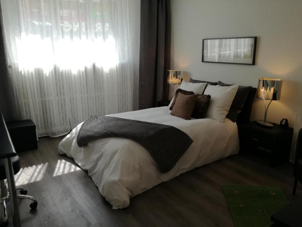A bed or beds in a room at Stopoase