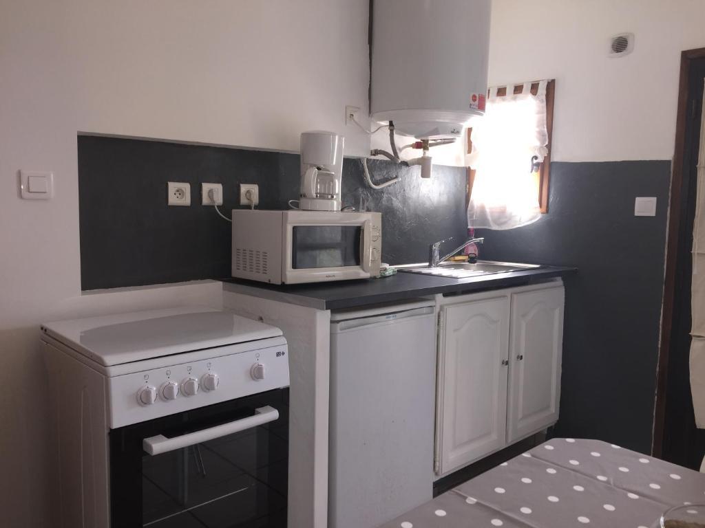 Virtuvė arba virtuvėlė apgyvendinimo įstaigoje Résidence l'Alivetu