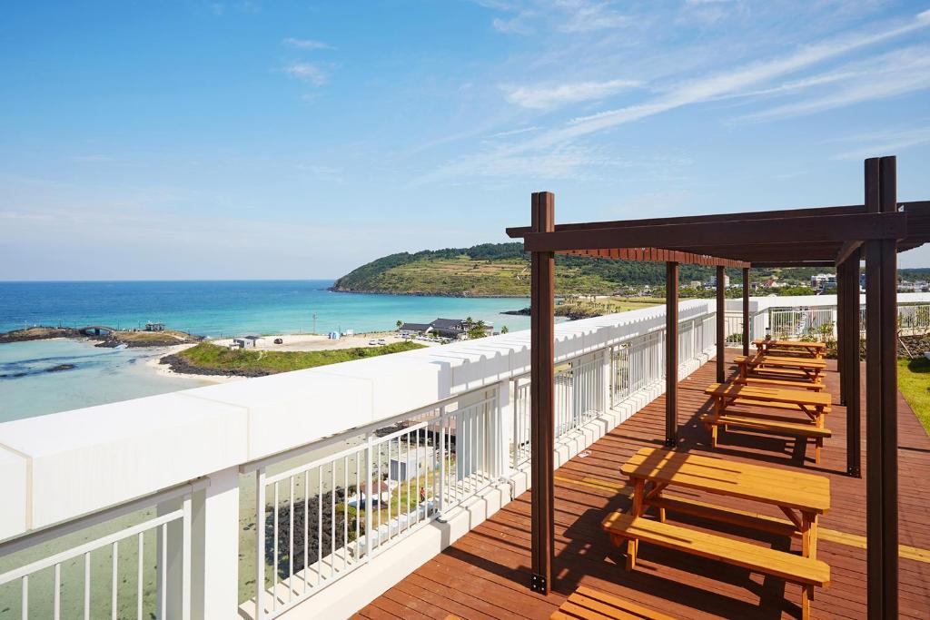 A balcony or terrace at The Artstay Jeju Hamdeok Hotel