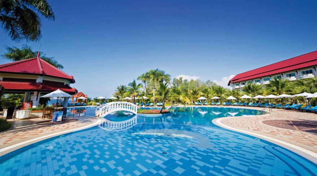 The swimming pool at or near Sokha Beach Resort