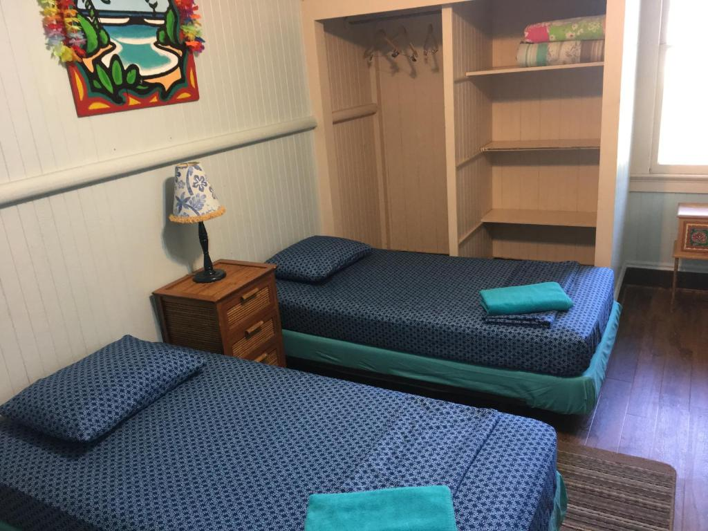 A bed or beds in a room at Hakuna Matata Maui Hostel