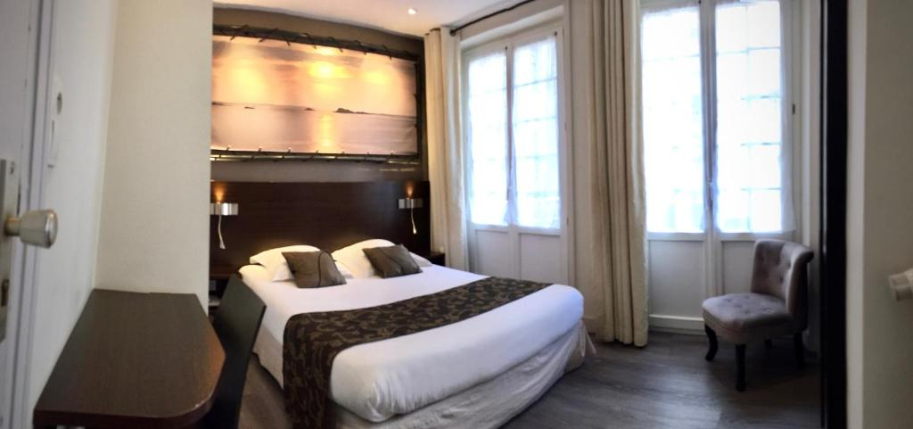 A bed or beds in a room at Hotel Le Croiseur