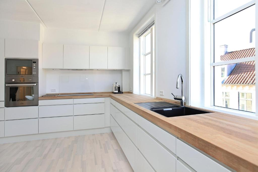 A kitchen or kitchenette at CPH Lux apartment st.tv
