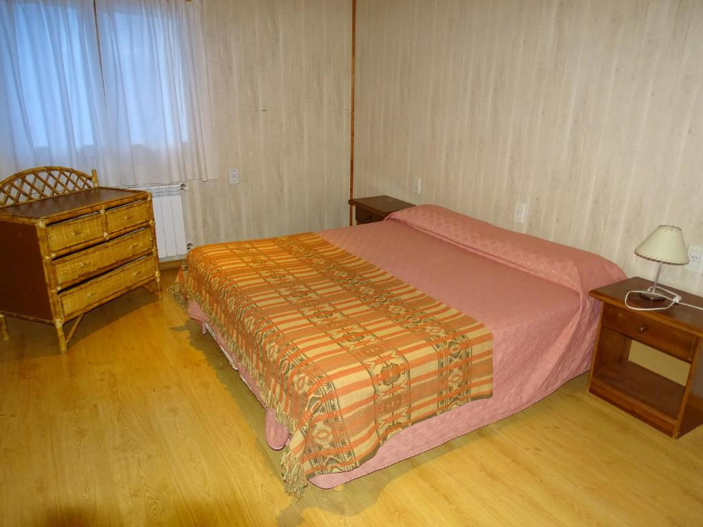 A bed or beds in a room at Hostel de Las Manos
