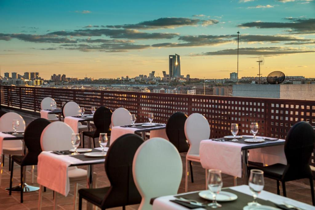 A restaurant or other place to eat at Hotel Dome Madrid