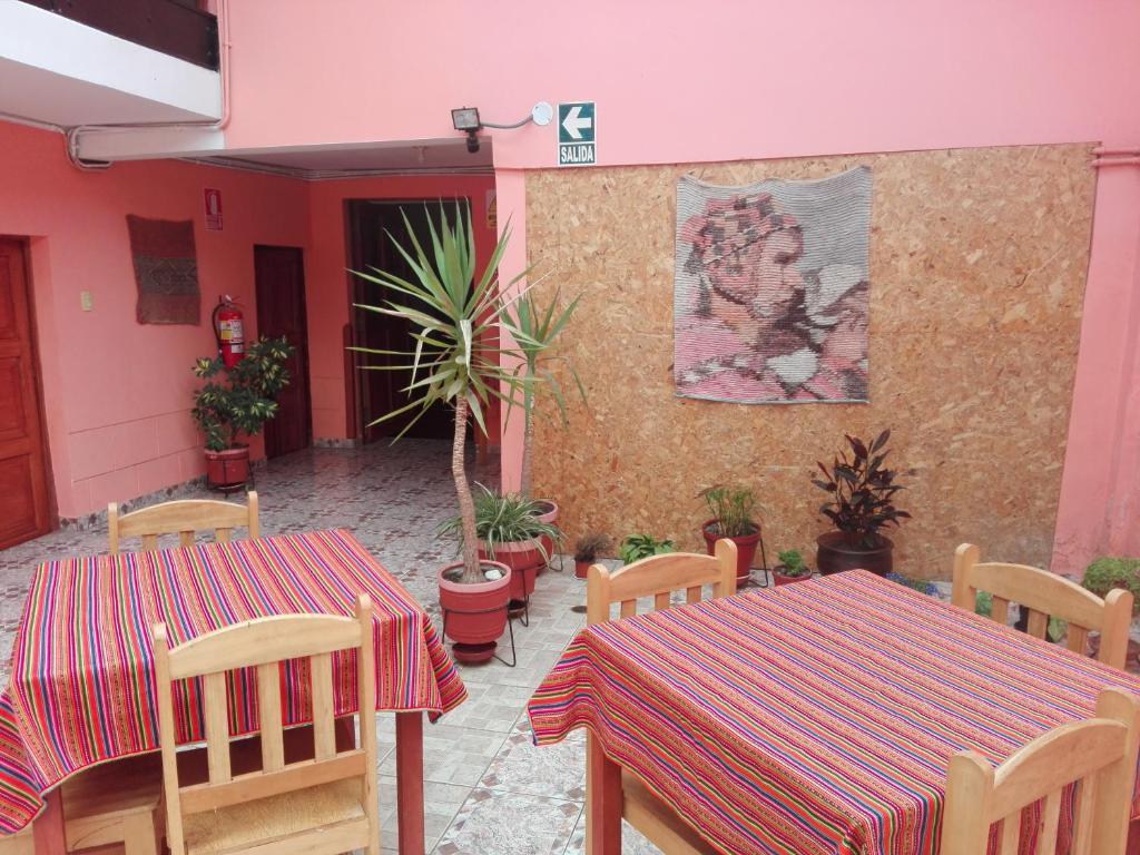 Un restaurante o sitio para comer en Hospedaje Casa Inkusco