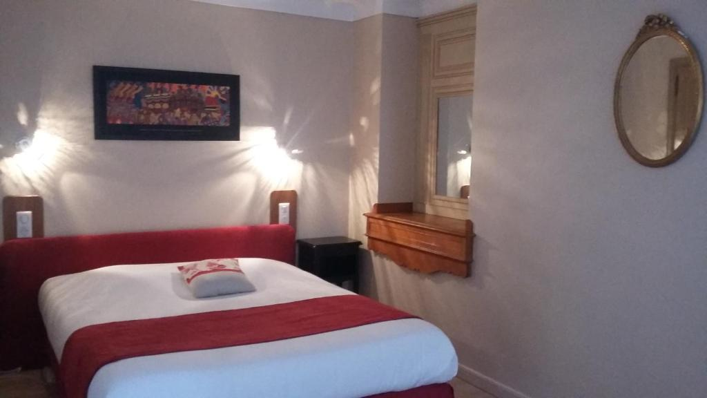 A bed or beds in a room at Hotel Les Deux Magots
