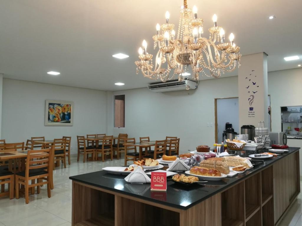 A restaurant or other place to eat at BBB Rooms Business Centro Palmas TO