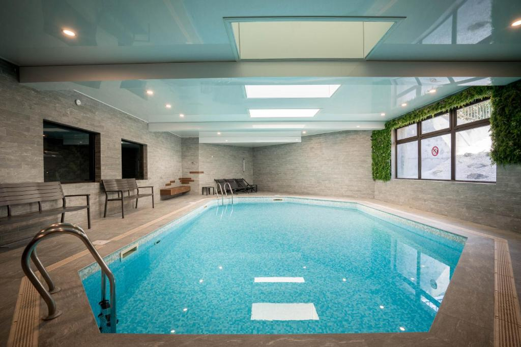 The swimming pool at or close to Best Western Plus Hostellerie Du Vallon