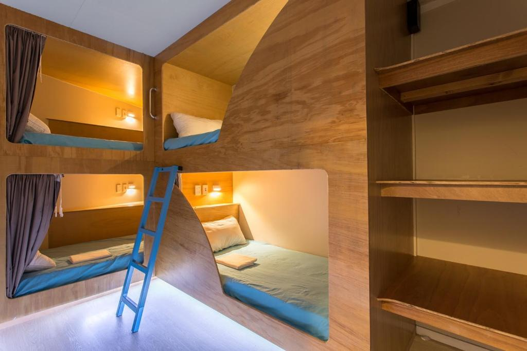 A bunk bed or bunk beds in a room at Grafton Accommodation Hostel