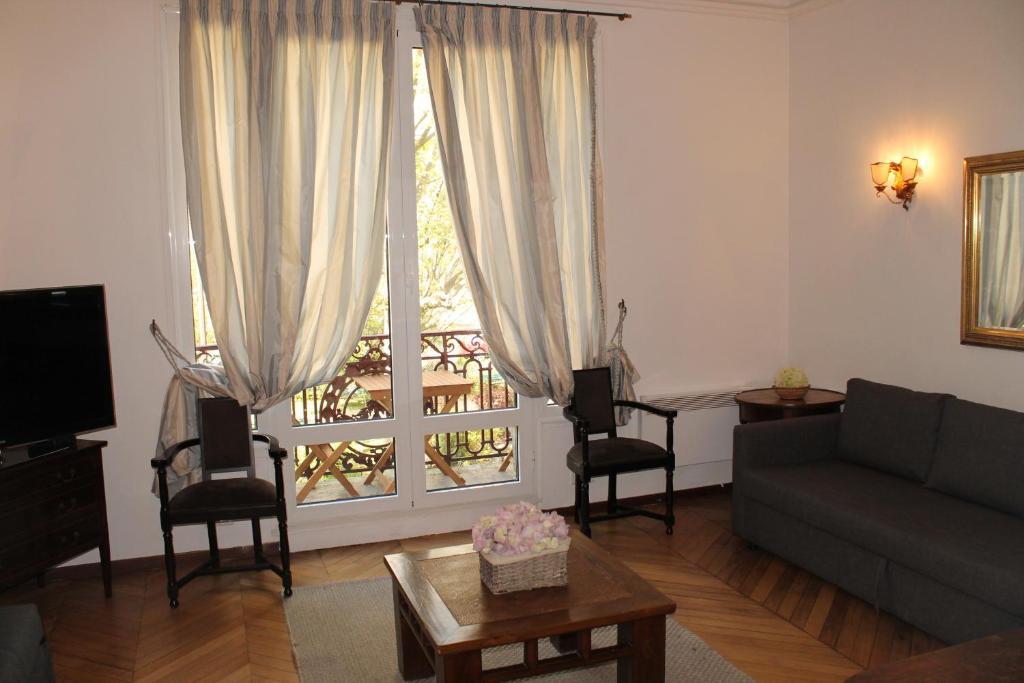 Posedenie v ubytovaní Mithouard Apartments