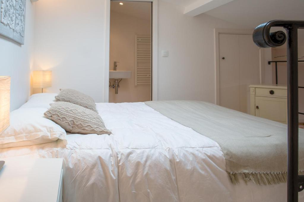A bed or beds in a room at Maison de village dans le coeur de Saint Tropez