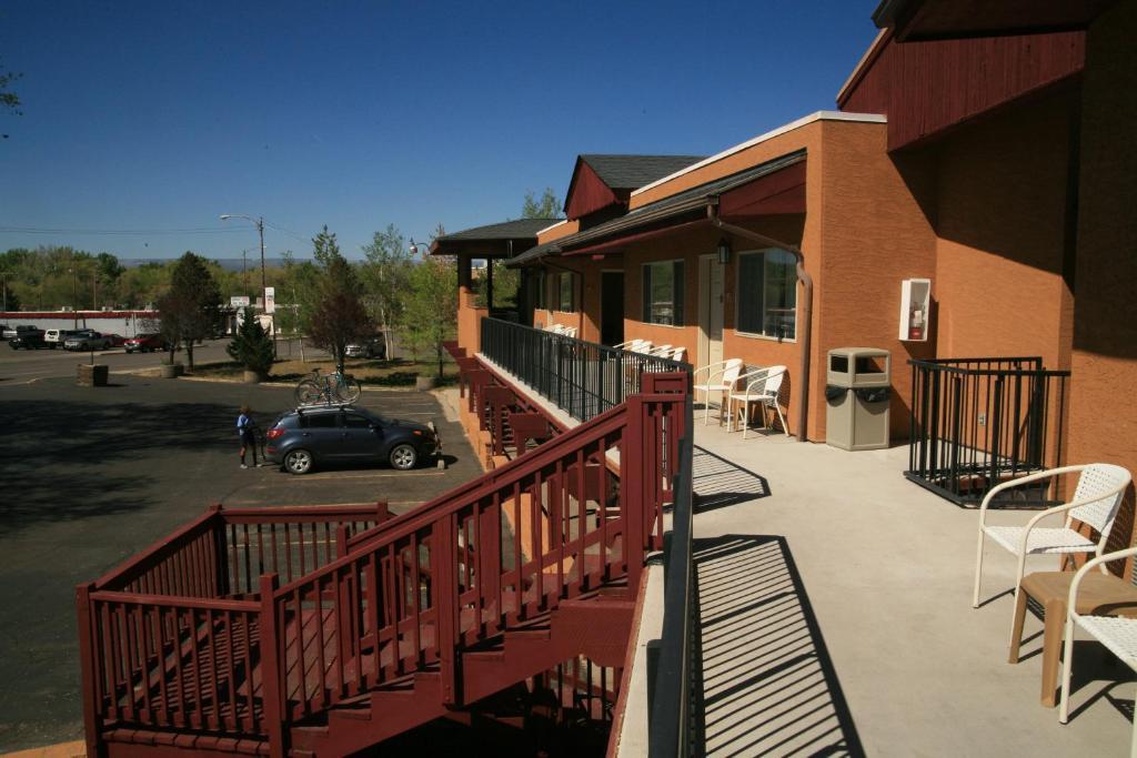 Black Canyon Motel.