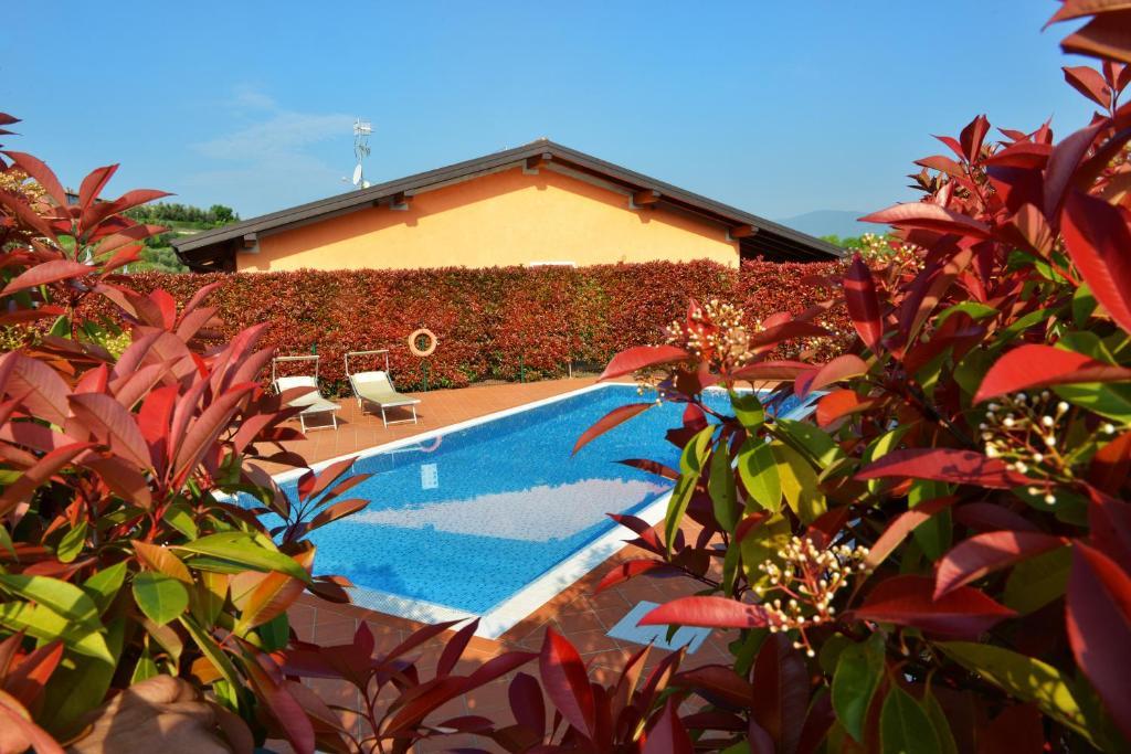 Vista sulla piscina di Residence Boschetti o su una piscina nei dintorni