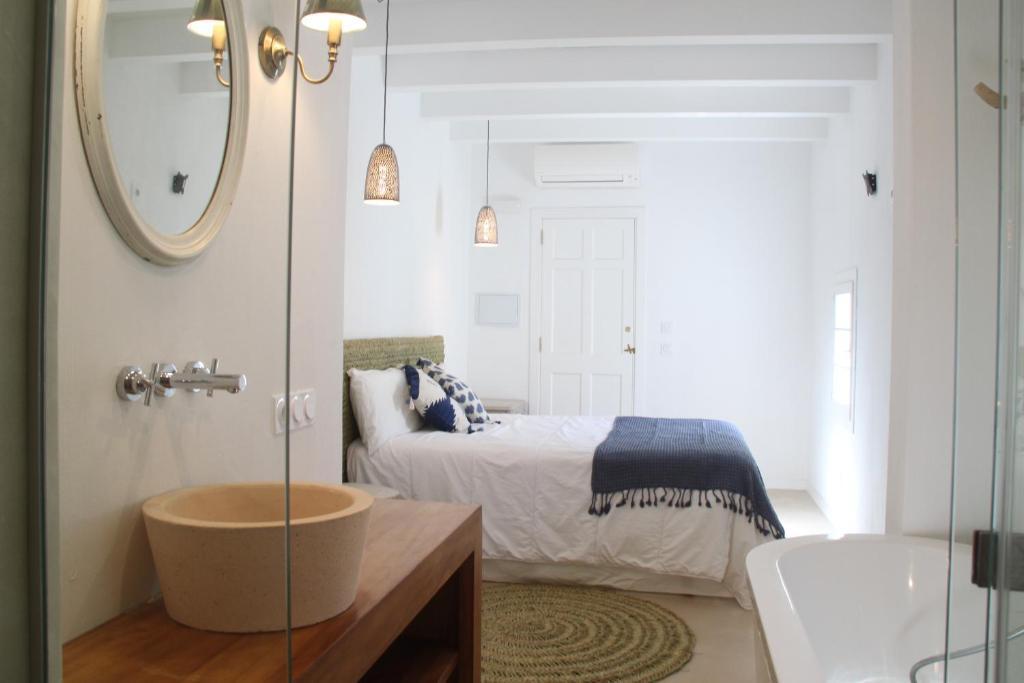 A bathroom at S'Esparteria Hotel
