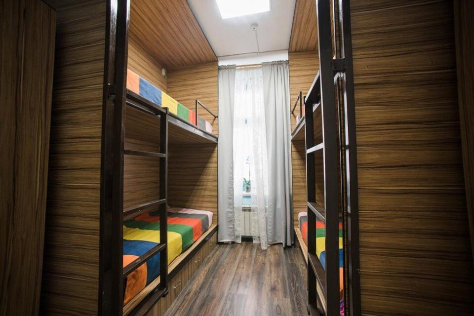 Двухъярусная кровать или двухъярусные кровати в номере Хостел Радужный