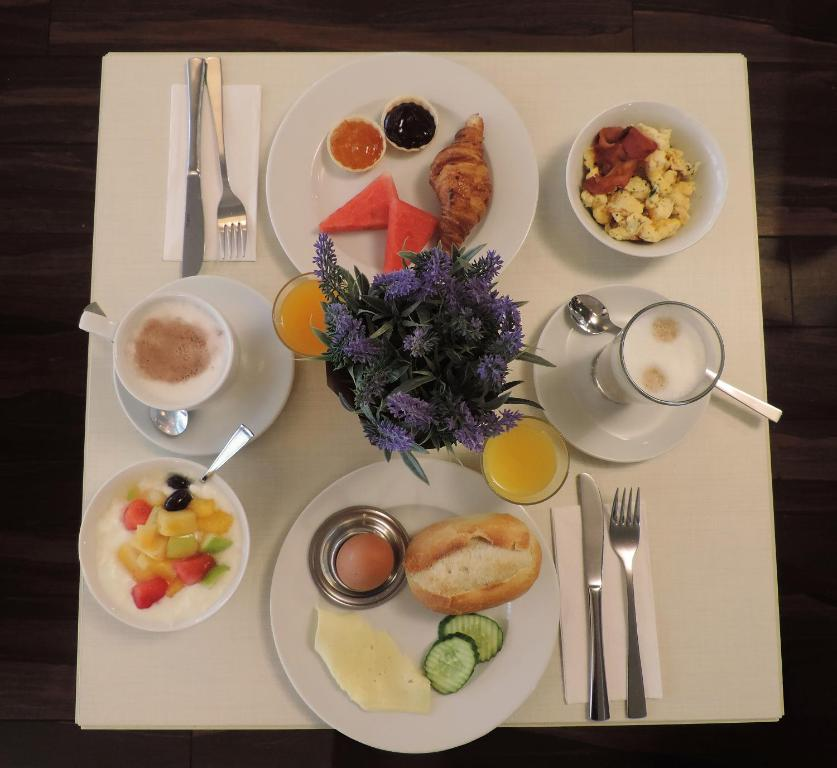Breakfast options available to guests at Motel Plus Berlin
