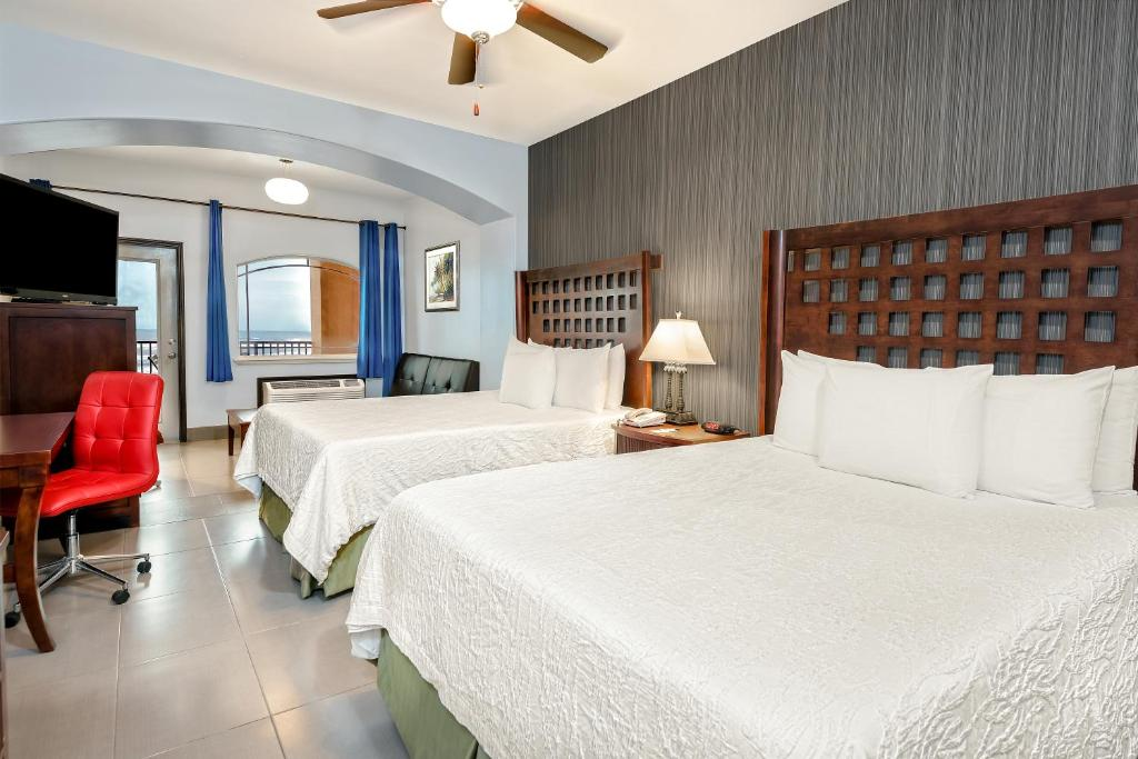 A bed or beds in a room at La Copa Inn Beach Hotel