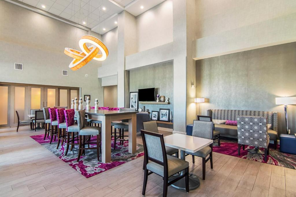 A restaurant or other place to eat at Hampton Inn & Suites-Dallas/Richardson