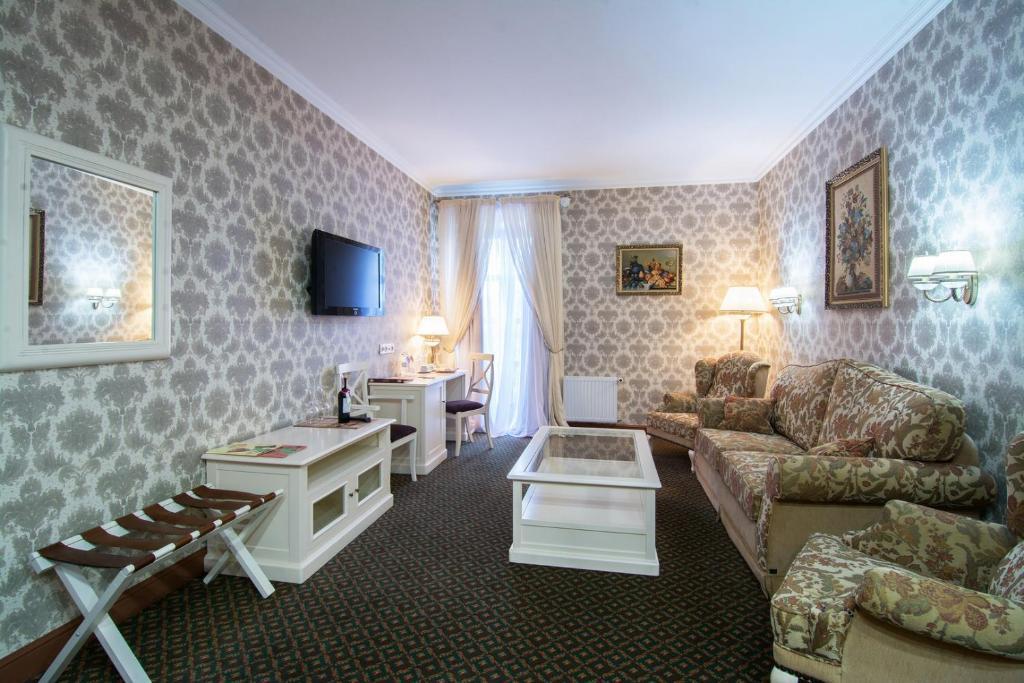 A seating area at Reikartz Kamianets-Podilskyi