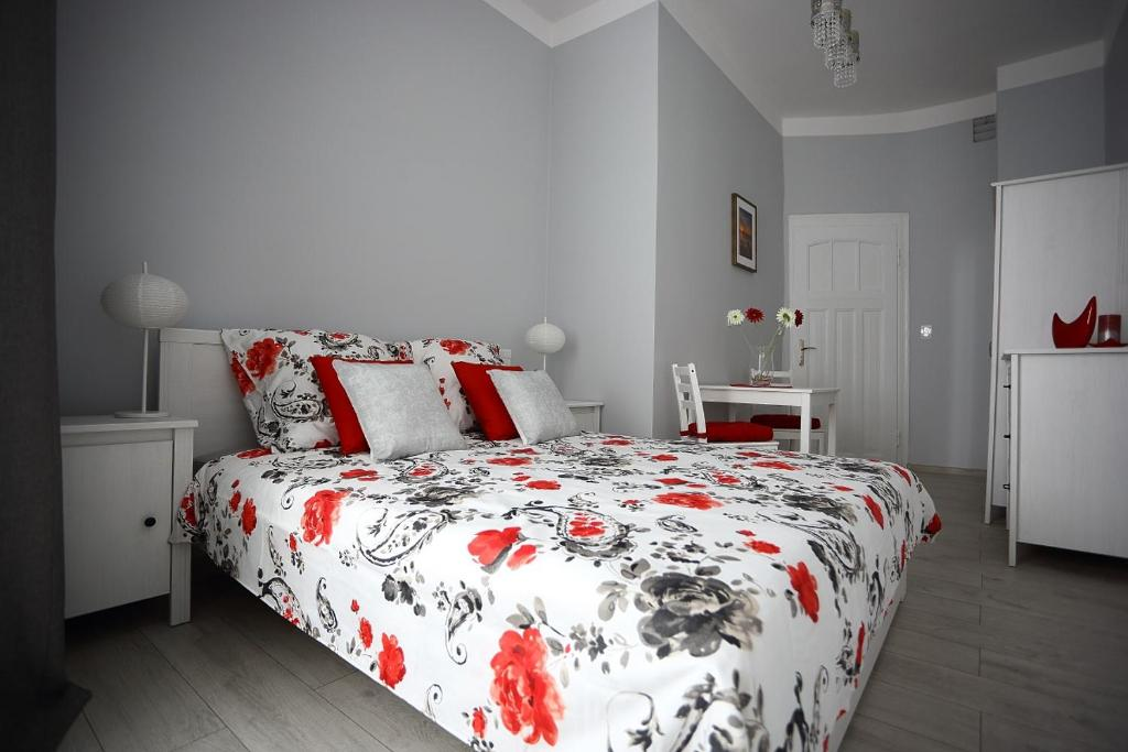 A bed or beds in a room at Colourful Rooms