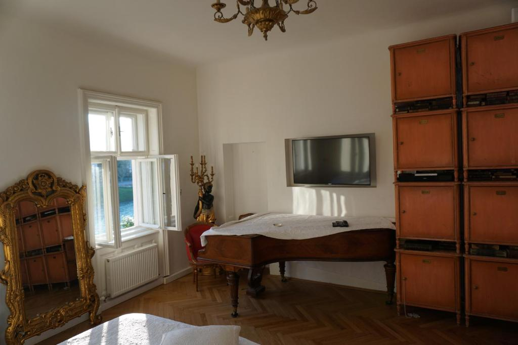 A television and/or entertainment center at Sarah's Altstadt Oase Salzburg