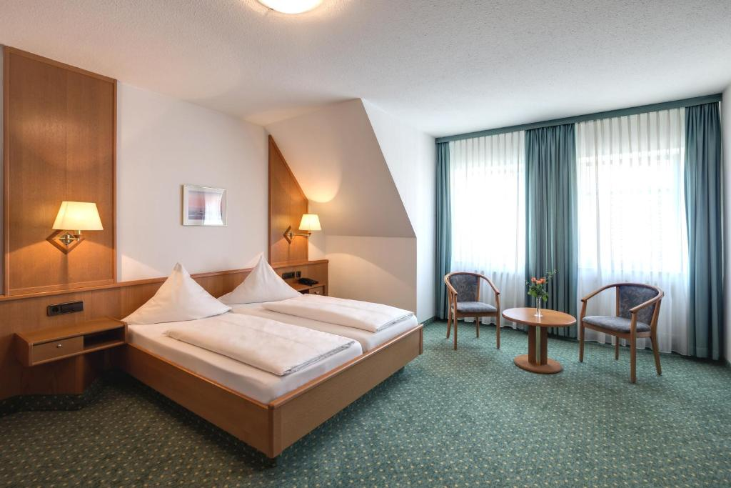 A bed or beds in a room at Hotel-Gästehaus Alte Münze