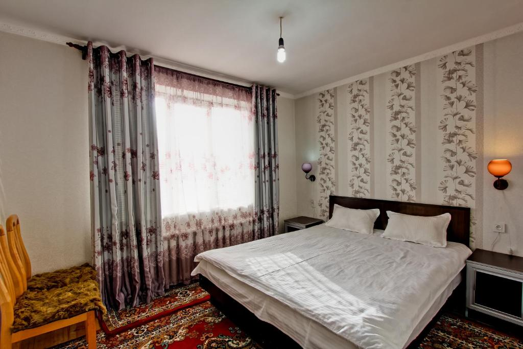 A bed or beds in a room at Askar Guesthouse