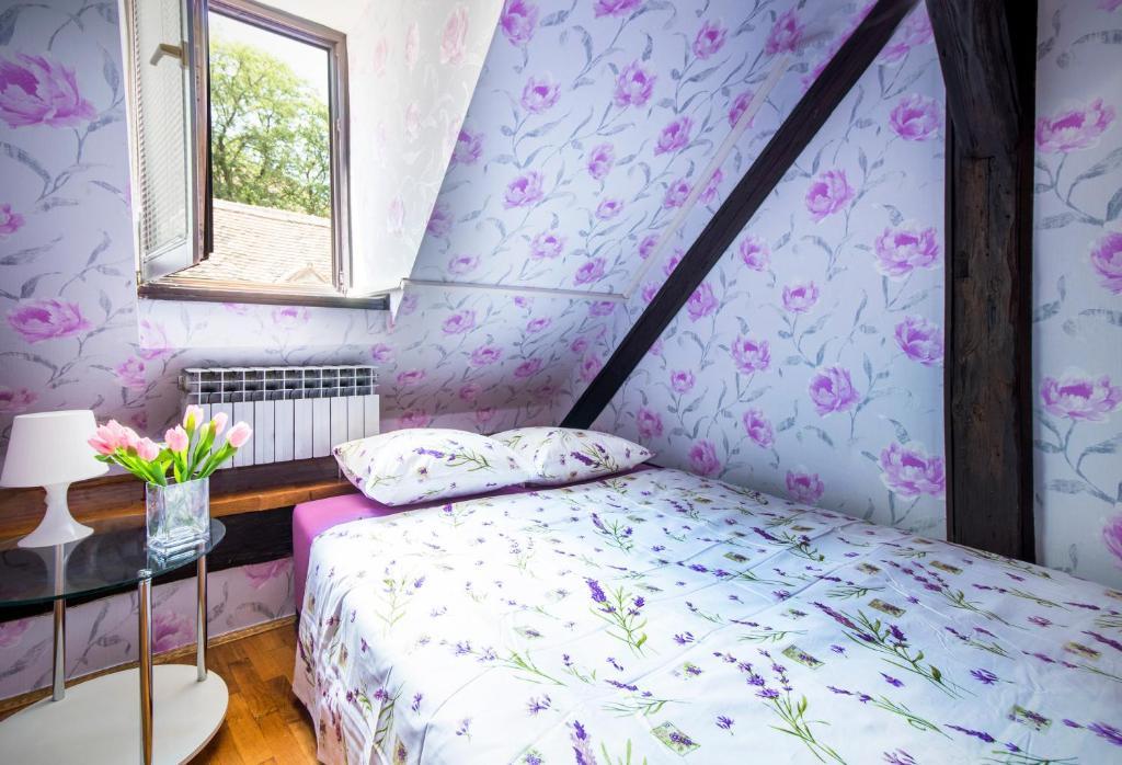 Een bed of bedden in een kamer bij Hostel Centar
