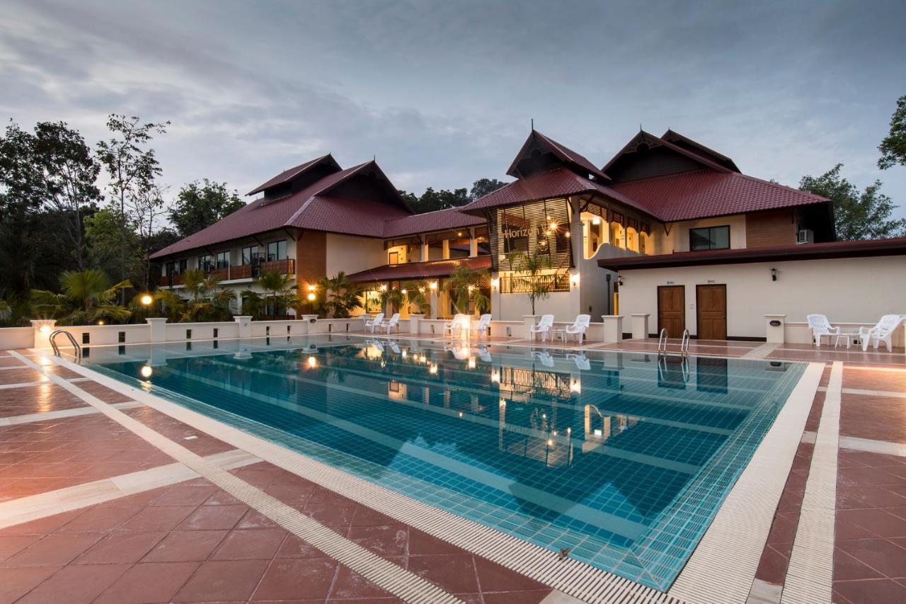 Курортный отель  Horizon Village & Resort