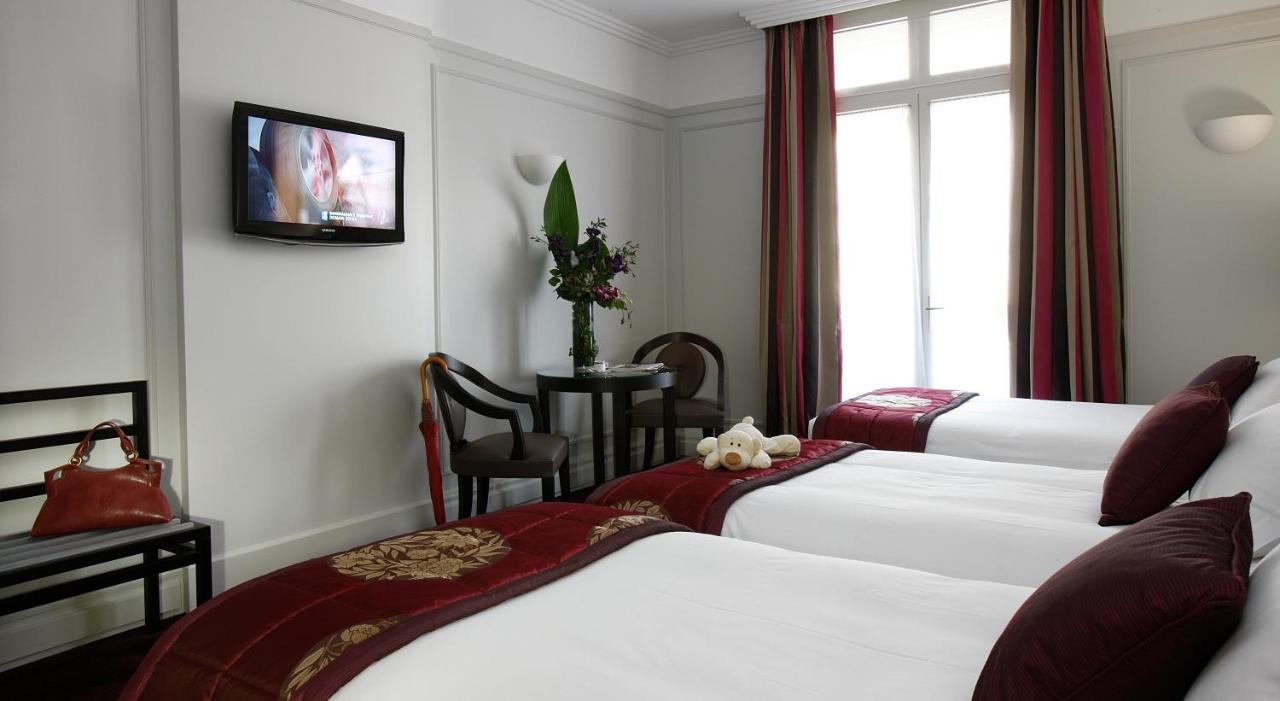 سرير أو أسرّة في غرفة في فندق كاليفورنيا شانزليزيه