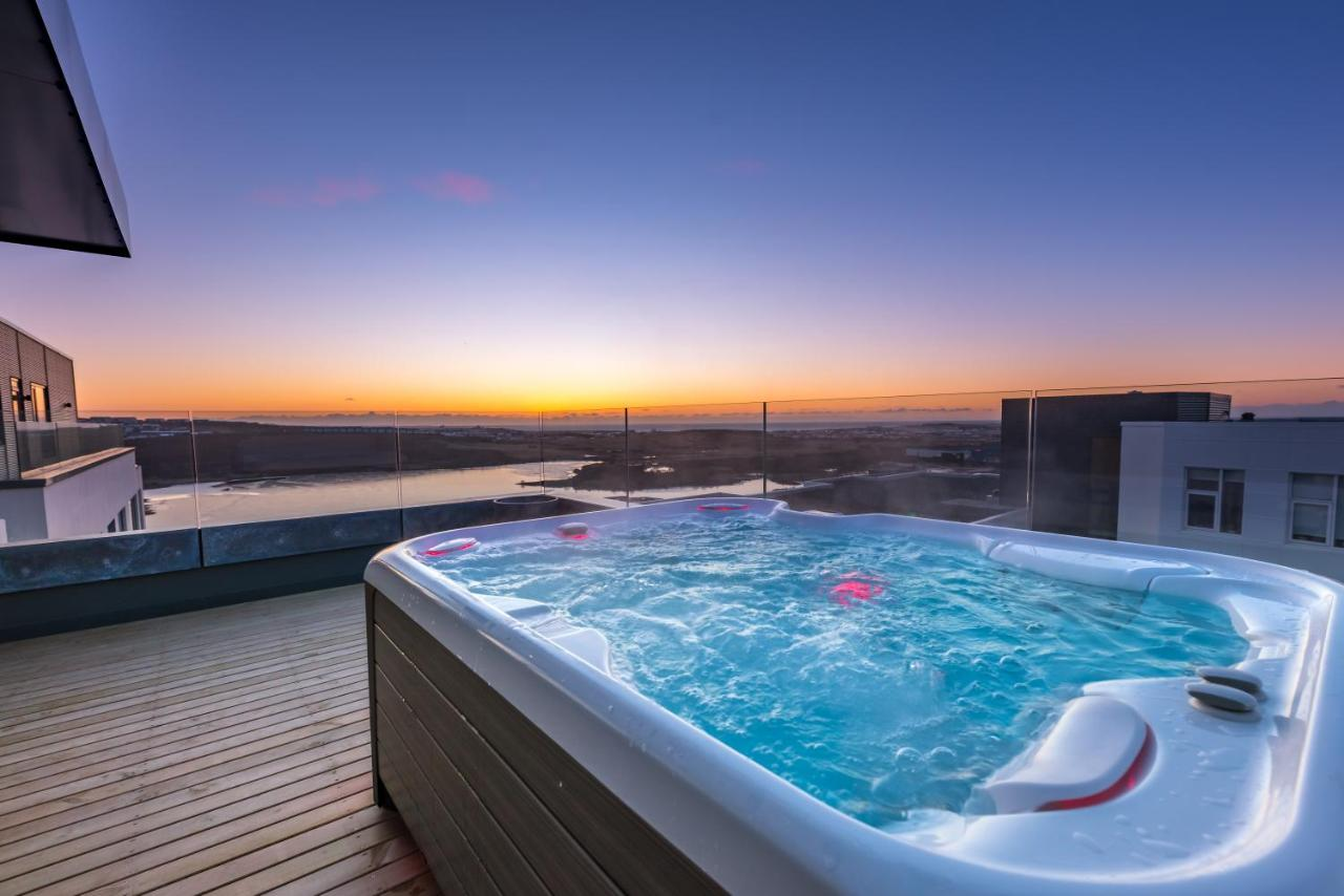 Natural Jacuzzi Iceland.Apartment Penthouse Apt Amazing View Jacuzzi Gardabaer