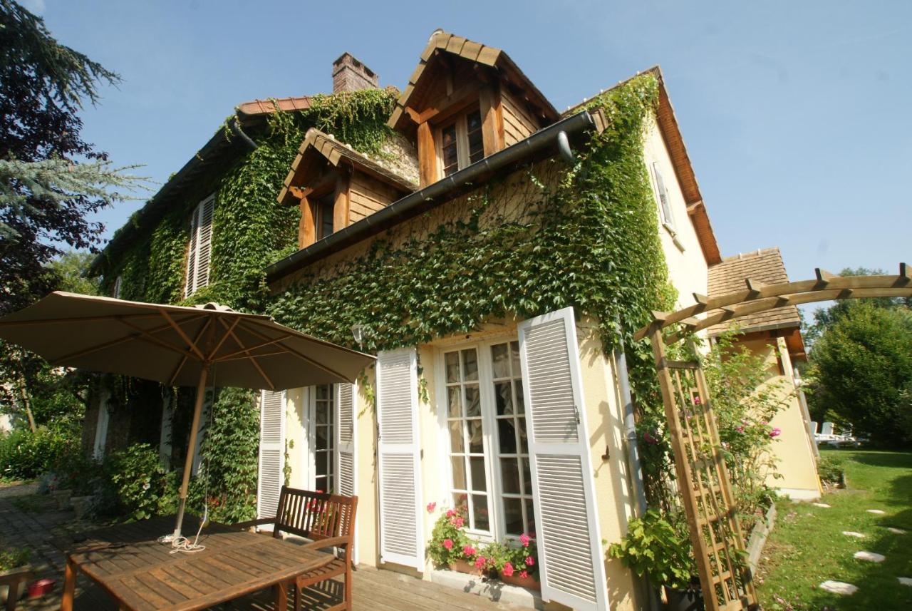 La Maison Bleue Issy Les Moulineaux bed and breakfast le cèdre bleu, grosrouvre, france