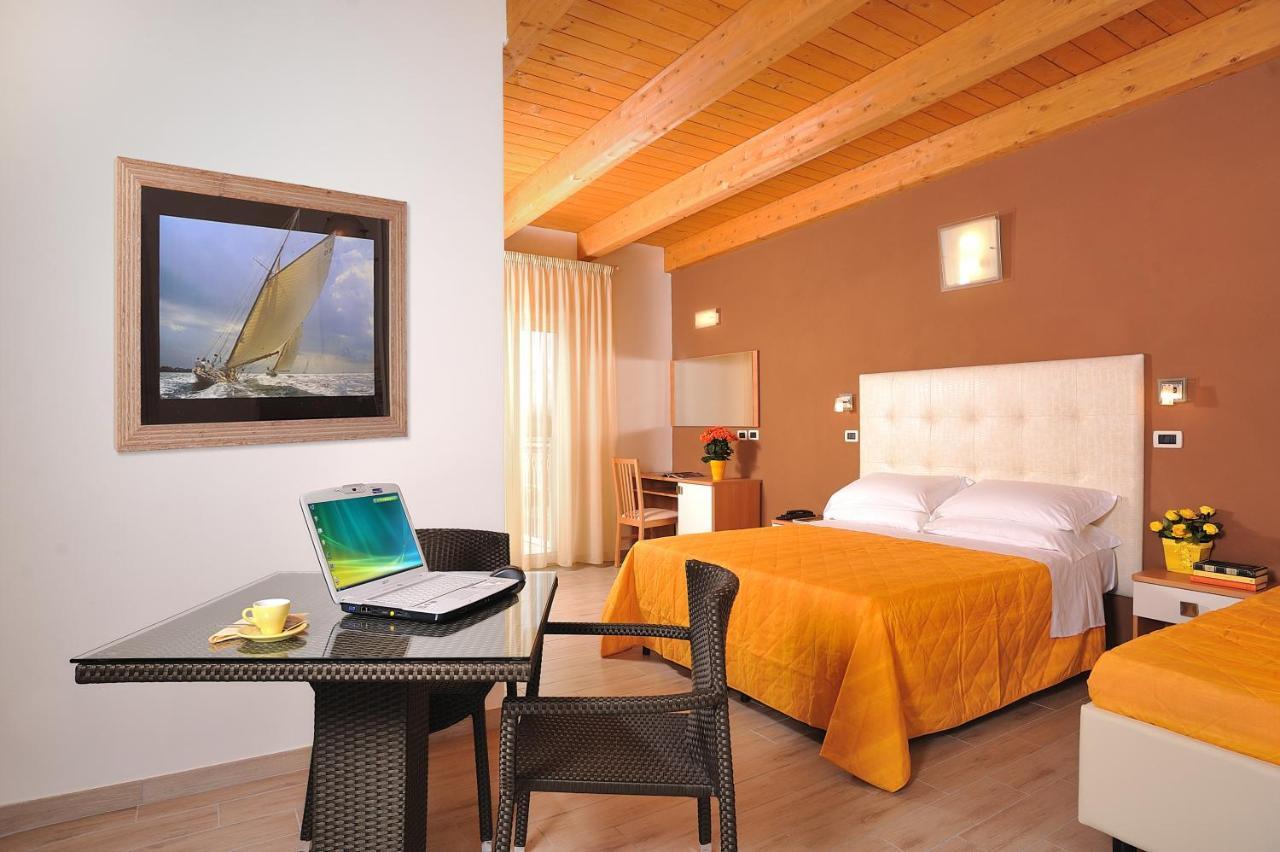 Отель Hotel Favorita