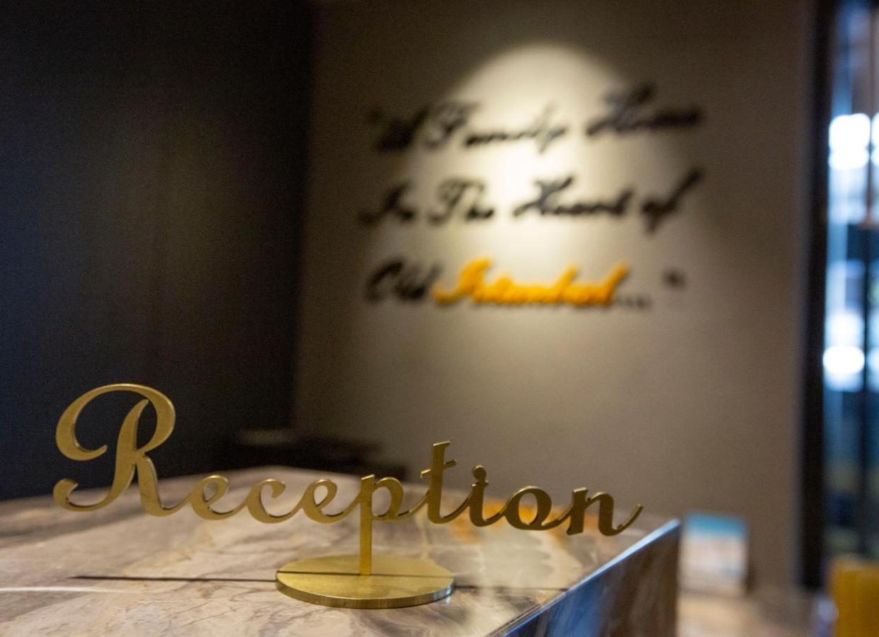 Отель  Seraglio Hotel & Suites