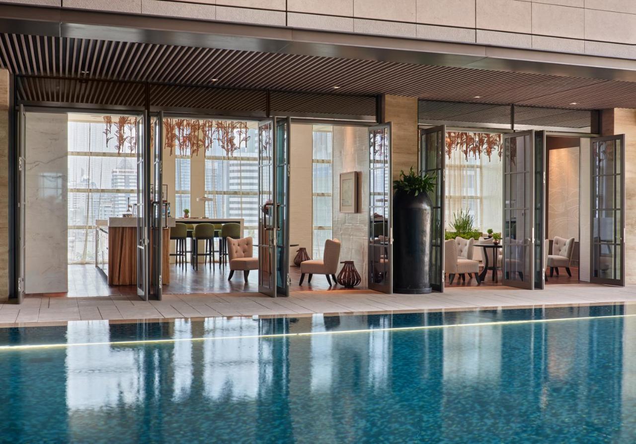 Rosewood Bangkok游泳池或附近泳池