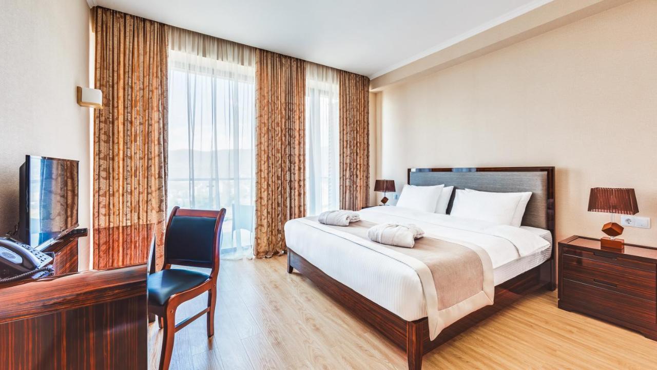 Отель  Lisi Hills Hotel