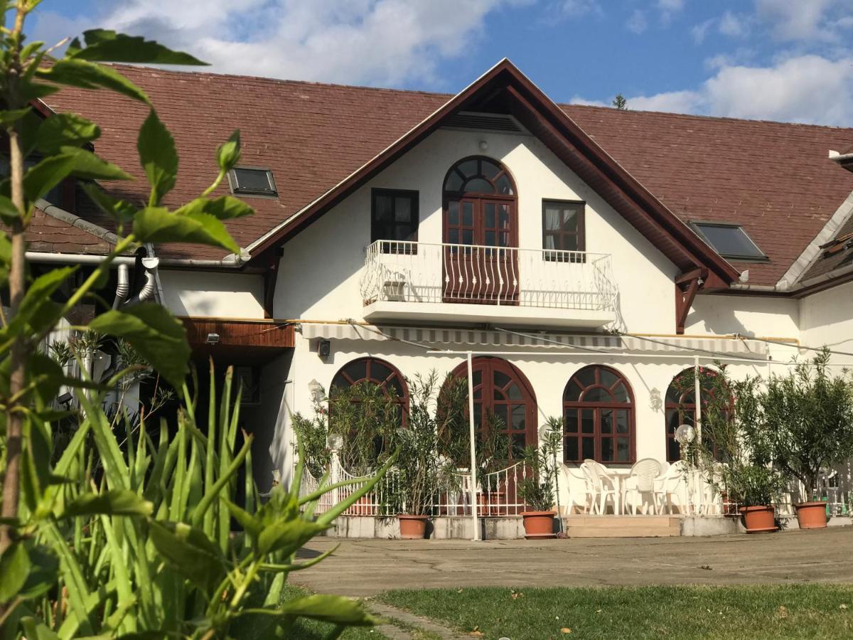 Отель типа «постель и завтрак»  Feher Hattyu Fogado