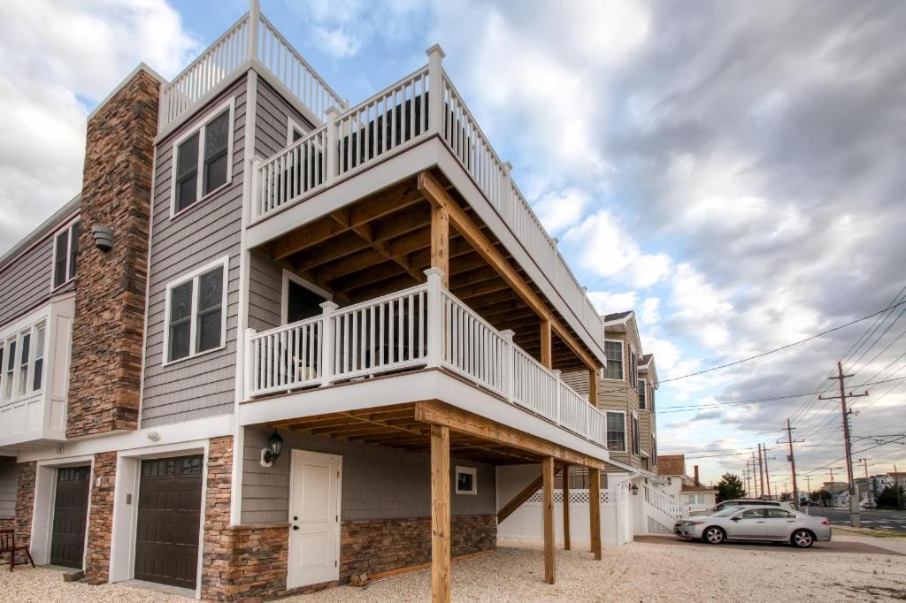 Апартаменты/квартира  Recently Renovated LBI Apt W/Deck On Beach Block
