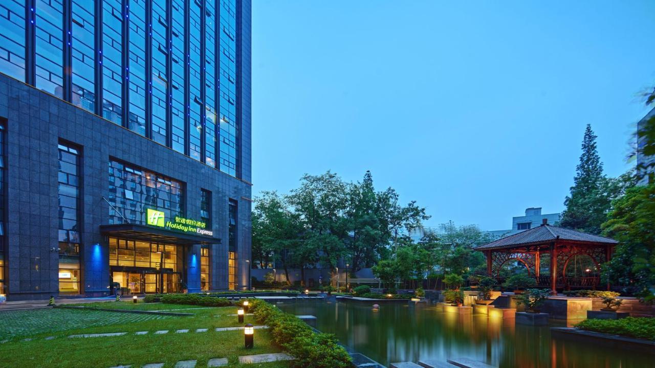 Отель  Holiday Inn Express Hangzhou Huanglong, An IHG Hotel