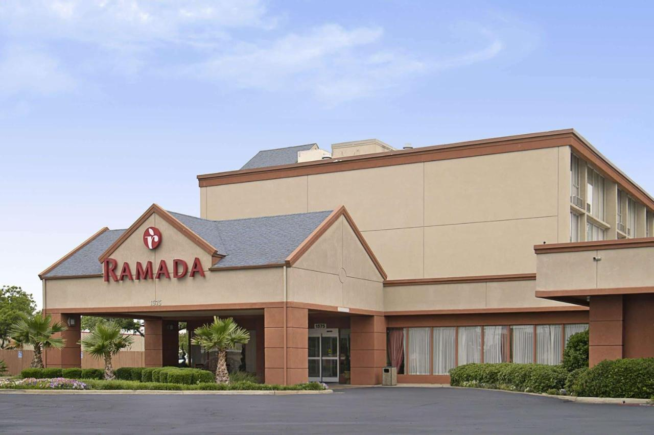 Отель  Отель  Ramada By Wyndham Dallas Love Field