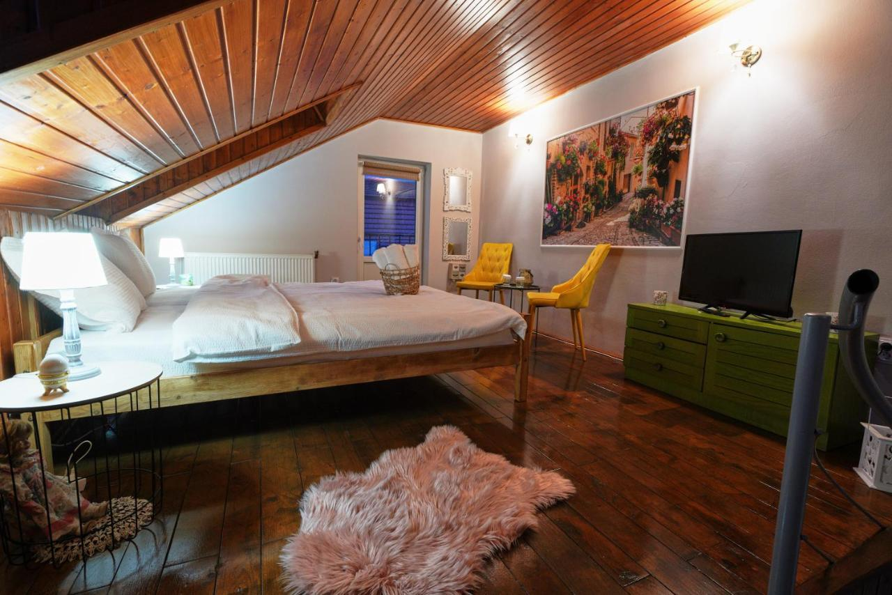 Un pat sau paturi într-o cameră la Old Town Apartments